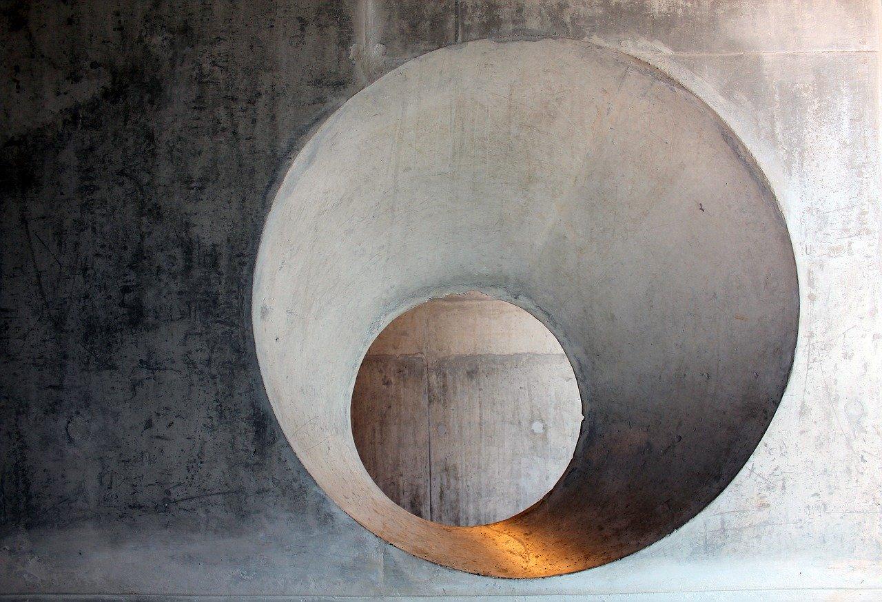 Rouleau de béton dans une pièce en béton