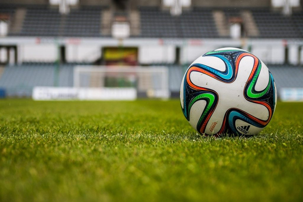 Ballon de football sur un terrain de foot