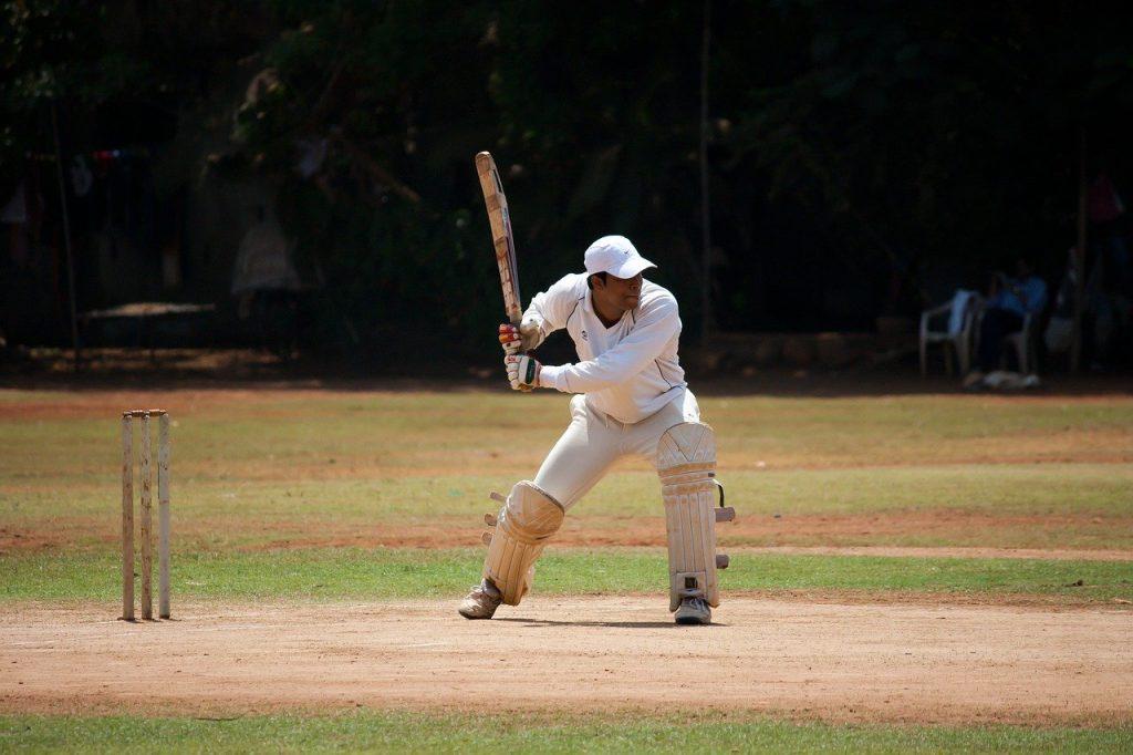 Joueur de cricket sur un terrain