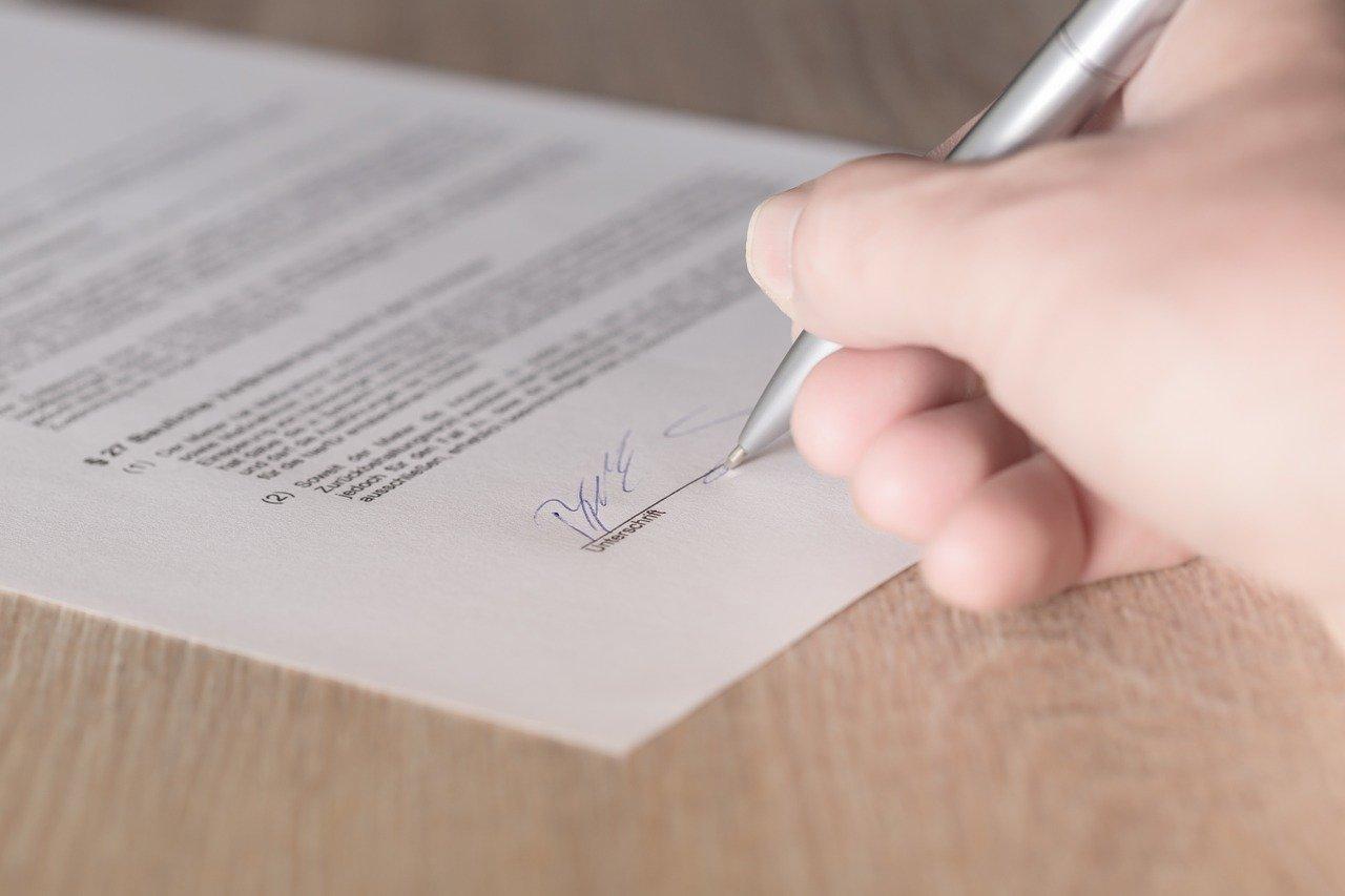 personne signant un document