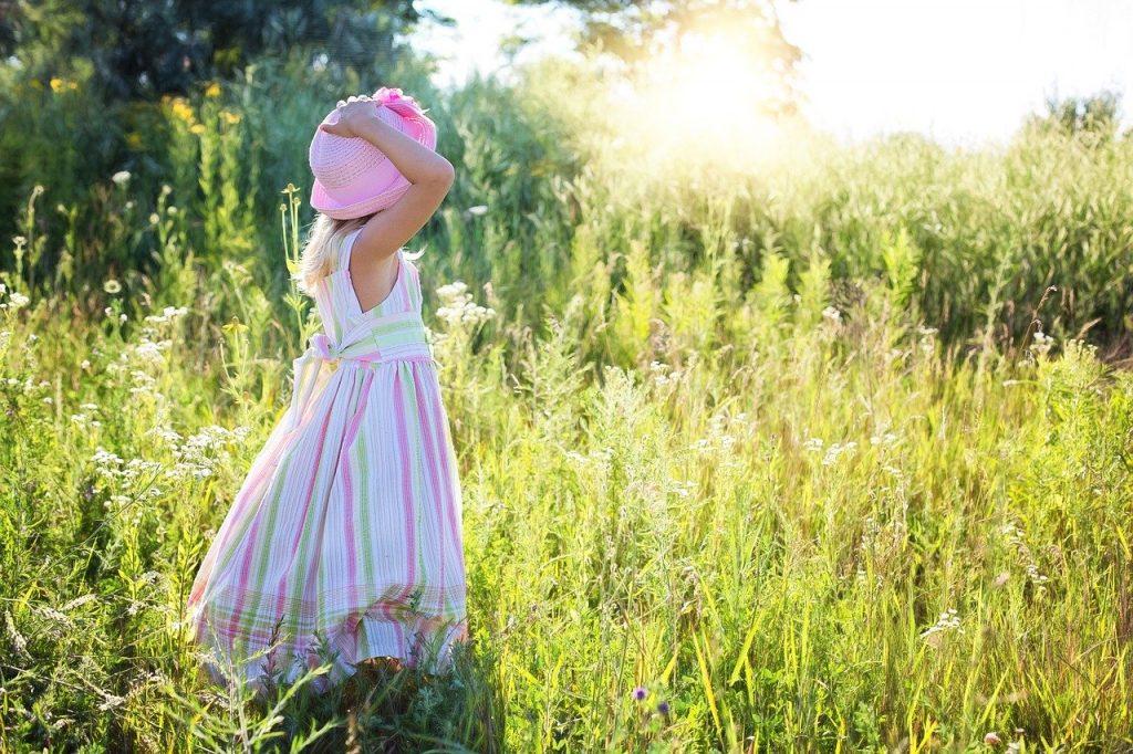 Petite fille en robe, dans un champs
