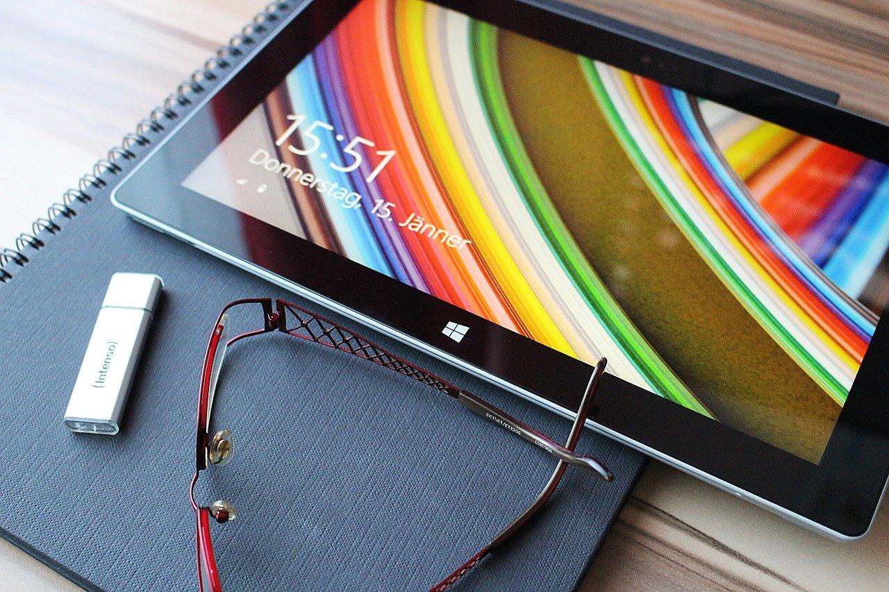 Tablette avec clé usb sur bureau
