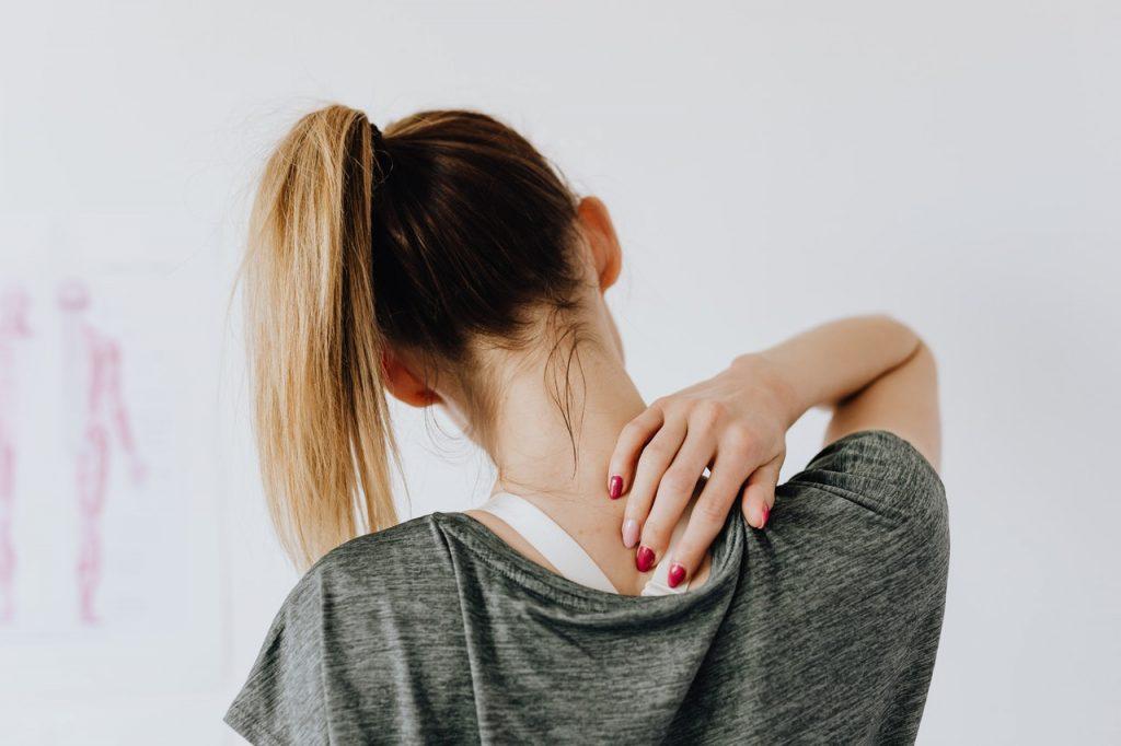 Femme souffrant en haut du dos