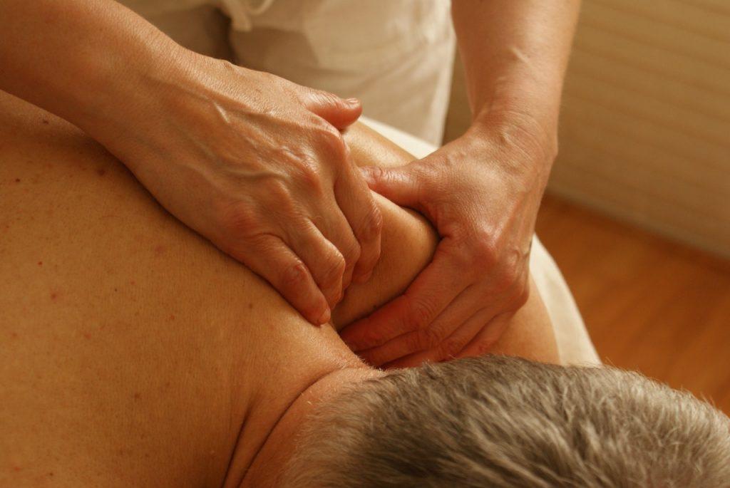 Homme se faisant masser en haut du dos