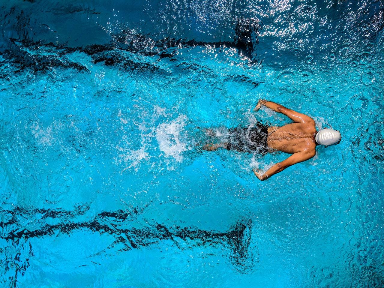 Nageur dans une piscine faisant des longueurs