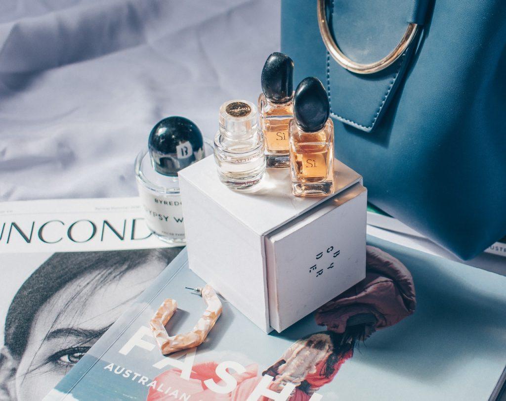 Flacon de parfum Si de la marque Lancôme, posé sur un magazine de mode