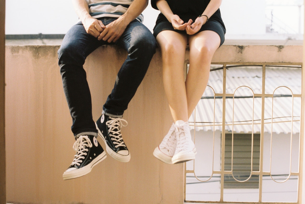 Homme et femme assis sur un mur