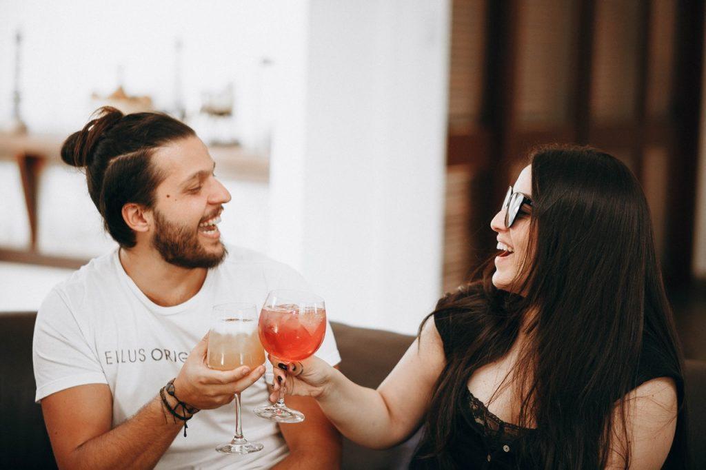 Homme et femme buvant un apéro spritz