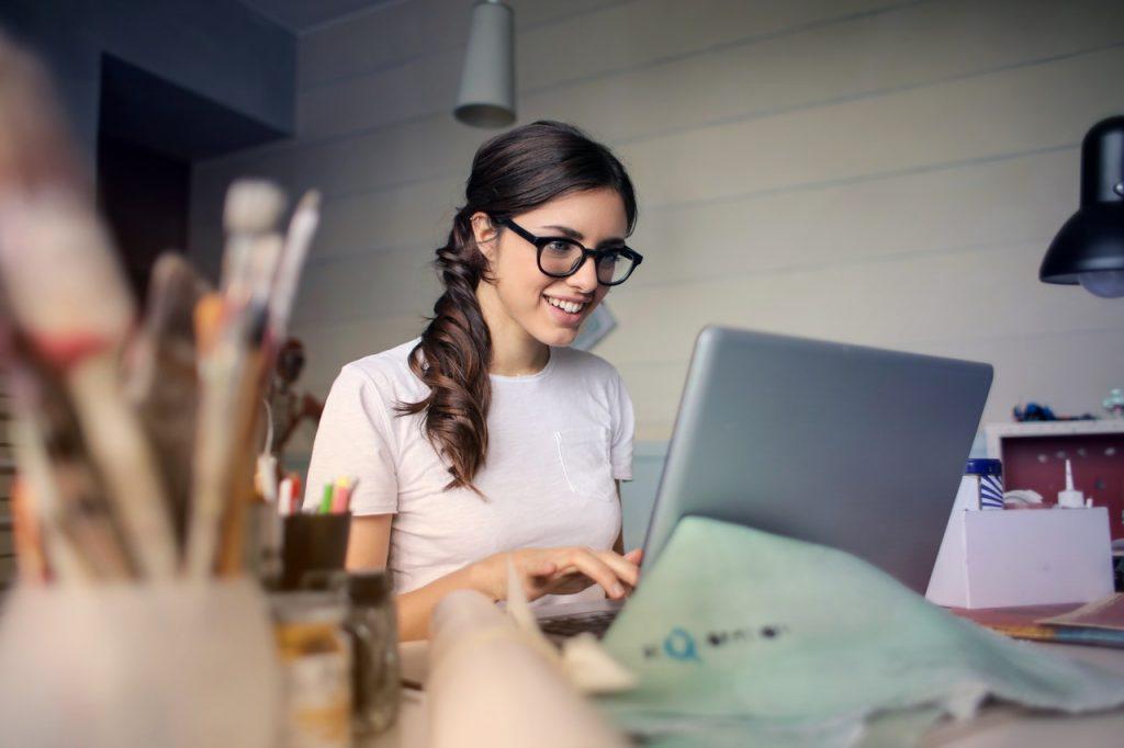 femme faisant des achats sur internet depuis chez elles