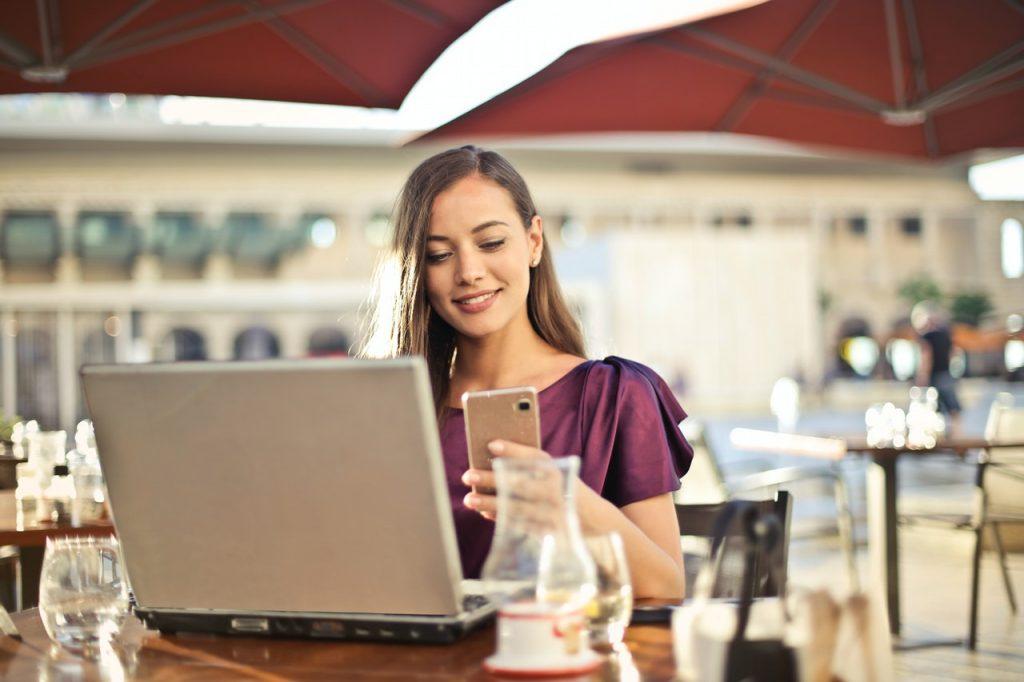 femme faisant des achats sur internet heureuse