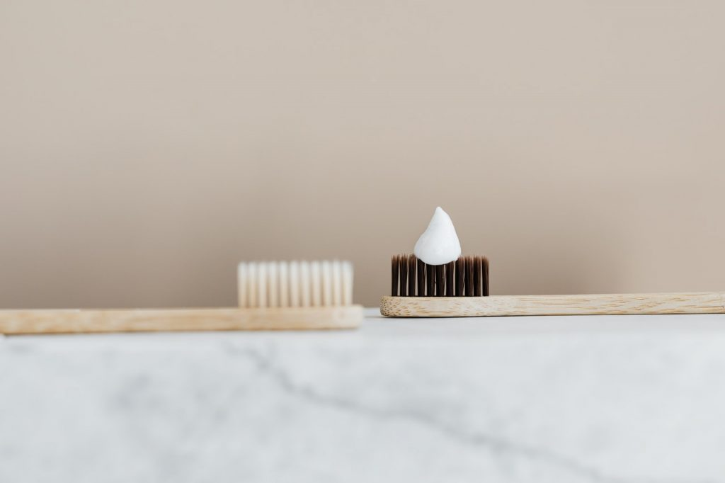Brosse à dent en bois avec dentifrice