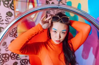 femme portant un pull orange asiatique