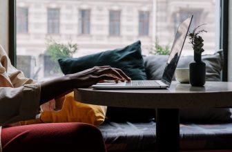 Personne devant un ordinateur sur une table basse