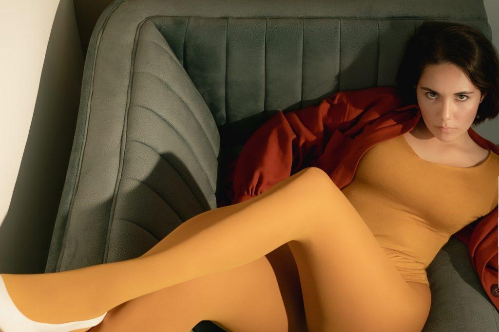 Femme allongé sur un canapé, portant un collant jaune
