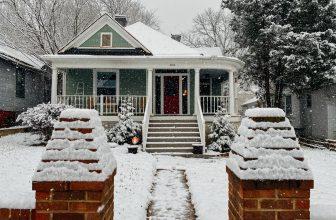 Maison enneiger hiver
