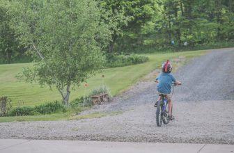 Petit garçon faisant du vélo en portant un casque