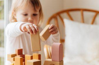 Petite fille jouant avec des cubes en bois