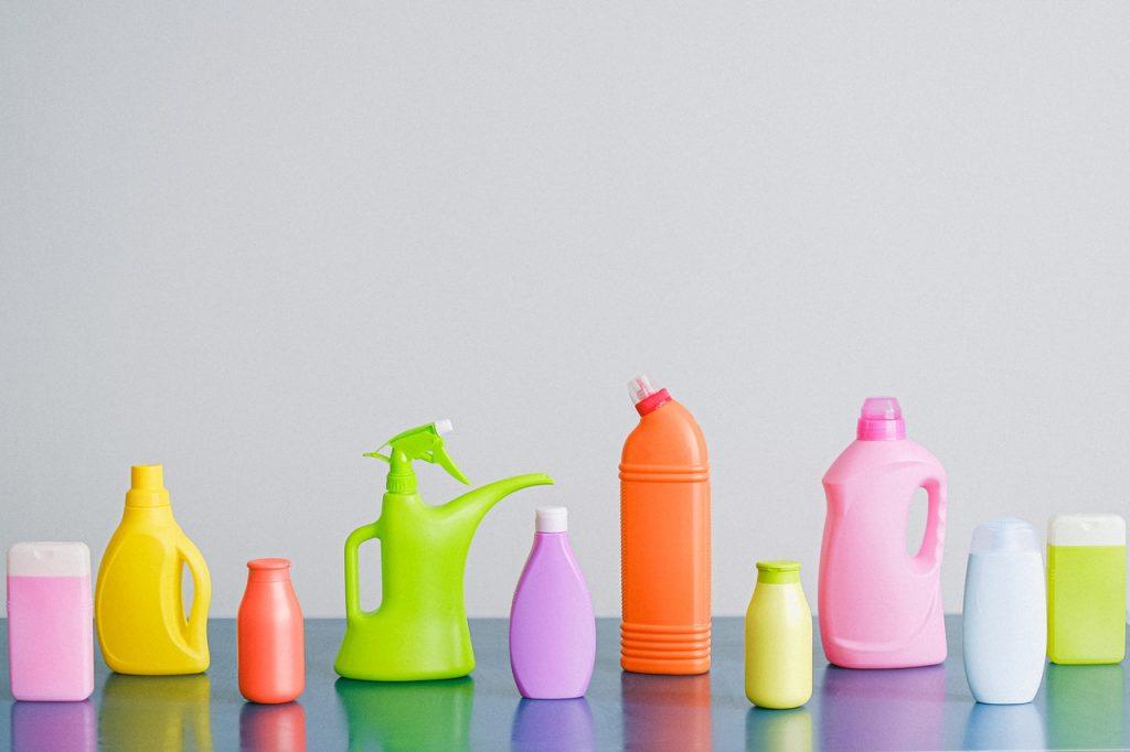 Flacons de produits de nettoyage, colorés