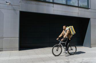 Coursier à vélo avec sac de livraison sur le dos