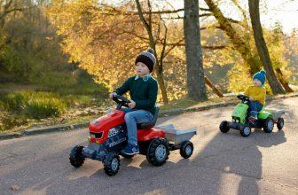 Deux enfants faisant du tracteur à pédale