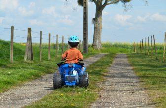 Enfant sur un chemin, faisant du quad