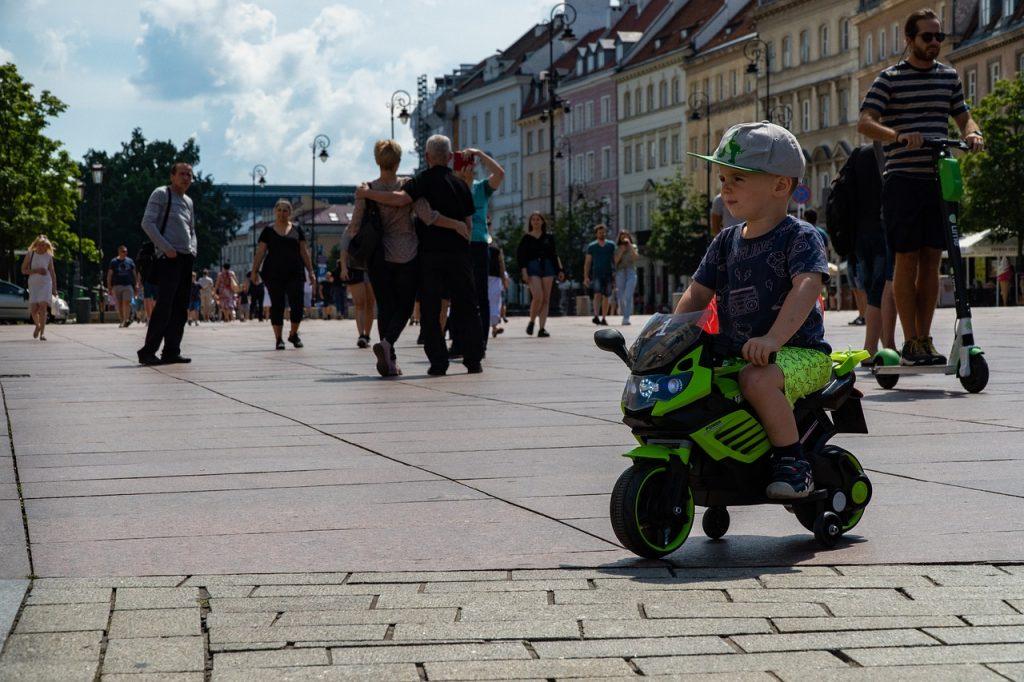 petit garçon sur une moto à 3 roues
