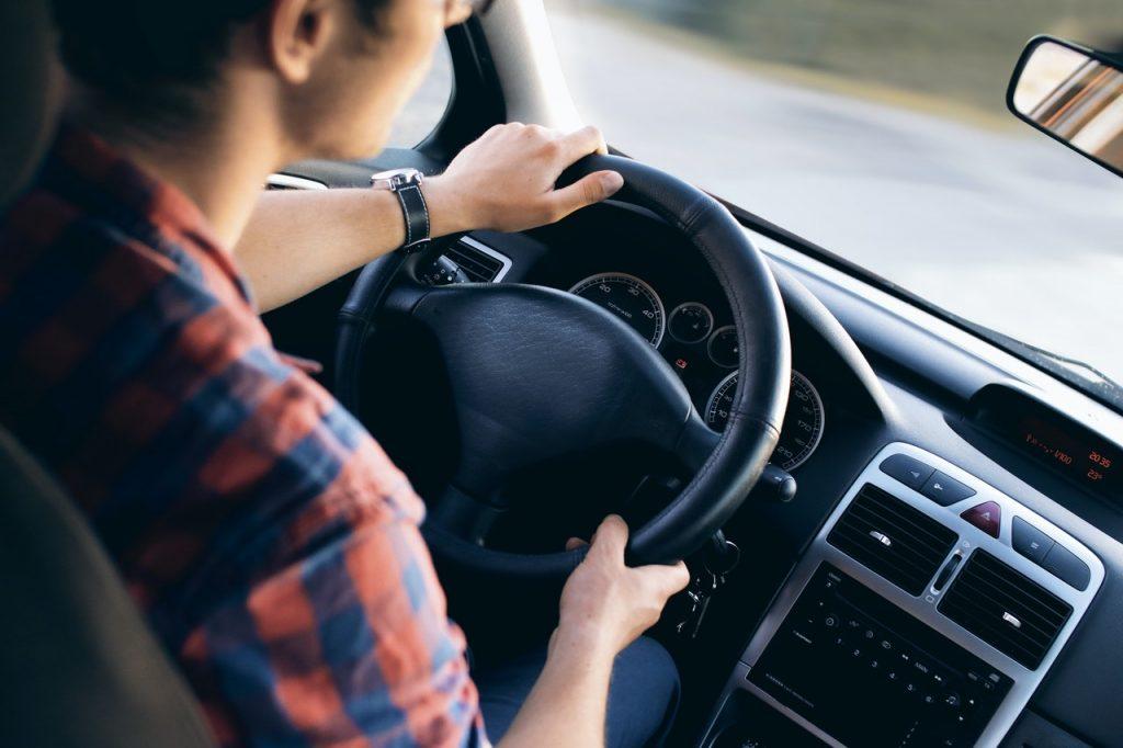 Personne tenant son volant pour garder le contrôle