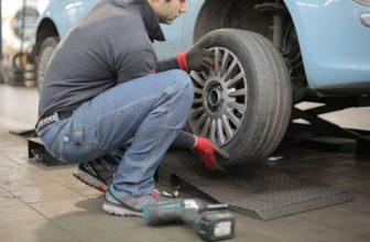 Garagiste pneu à la main réparation